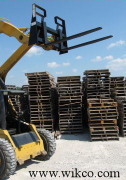 Skid Steer Universal Quick Attach Pallet Forks With Step-Through Design On The Frame
